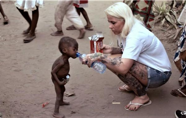 Аня Ринггрен Ловен и мальчик из Нигерии