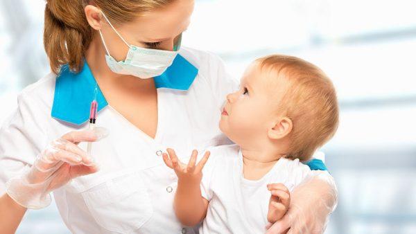 Врач собирается сделать малышу прививку