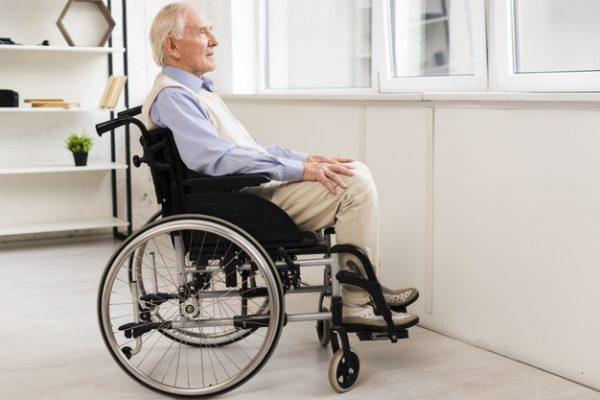 Пенсионер в инвалидном кресле