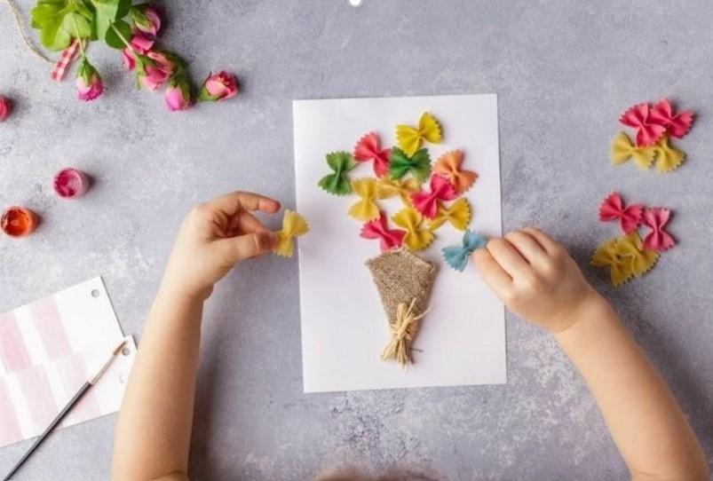 Делаем открытку для мамы в детский сад