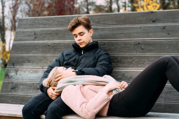 Подростки отдыхают на скамейке
