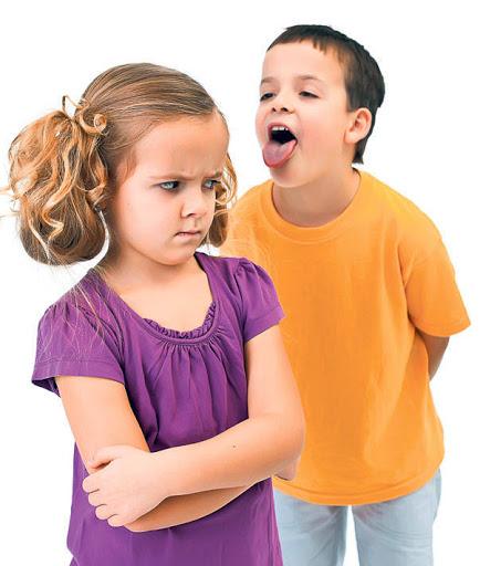 Мальчик дразнит девочку