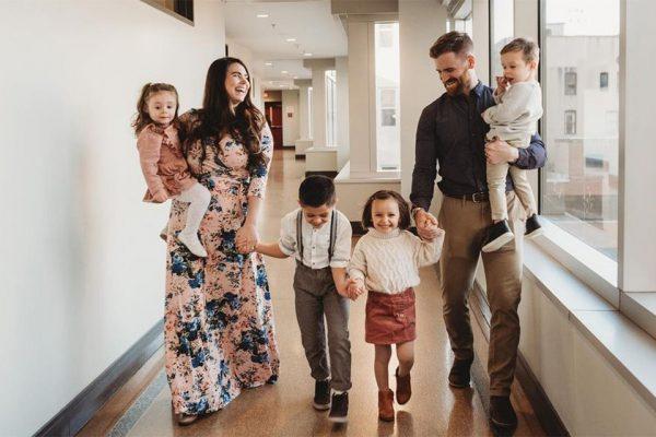 Джейкоб и Максин Янг с приемными детьми
