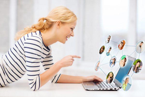 Девушка общается по интернету