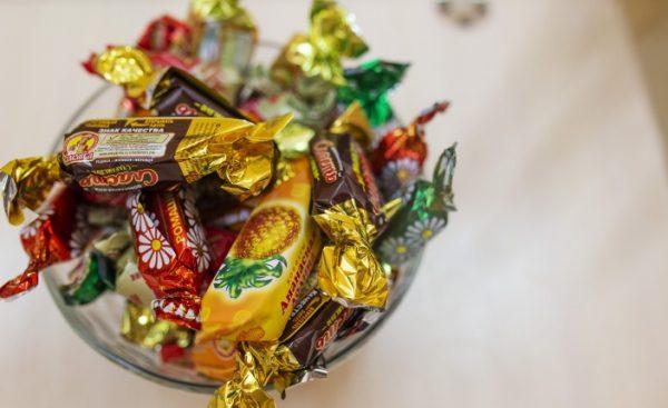 Дети и конфеты. Фото yarreg.ru