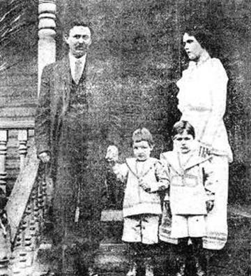 Бобби Данвар с родителями и братом