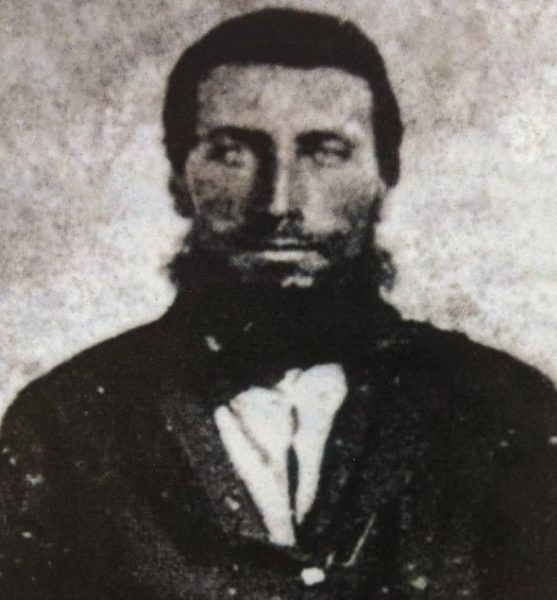 Два брата, семилетний Джордж и пятилетний Джозеф, потерялись в Пенсильвании в 1856 году. Их искали две недели, но поиски были тщетными. Обнаружить мальчиков помогло если не провидение, то, по крайней мере, странное совпадение. Рассказываем таинственную историю, которая случилась в Аллегейских горах больше 150 лет назад, но о ней помнят до сих пор. Прочь из штата Индиана Сэмюэл и Сюзанна Кокс поженились 30 декабря 1847 года в Джонстауне, небольшом городке в горах Пенсильвании. Двадцатилетние, храбрые и отчаянно стремящиеся найти лучшую жизнь, новобрачные не захотели долго задерживаться в холодной и неприветливой Пенсильвании. Куда проще, как казалось Коксам, было устроиться в богатеющей Индиане. Поначалу все шло хорошо: Сэмюэл и Сюзанна обосновались на новом месте, а через год у них родился первенец Джордж. Через два года Сюзанна забеременела вновь и родила еще одного сына, Джозефа. А потом в Индиану пришла малярия. Сюзанна и Сэмюэл Кокс. Фото: Find A Grave Обычно маленькие дети умирают от малярии в тяжелых муках, но семье Кокс по-настоящему повезло. И маленькие братья, и их родители справились с болезнью. Тогда Сэмюэл решил, что счастье лучше искать там, откуда ты родом. Коксы вернулись в Пенсильванию, обосновавшись в округе Брэдфорд. Вырубка леса в тех местах еще не началась, и горные склоны были полностью покрыты лесом. Отцу семейства пришлось расчистить целый участок земли у подножья Аллегейских гор, чтобы поставить там небольшую хижину. Впрочем, Сэмюэл не боялся тяжелой работы — куда больше он хотел счастливой жизни для себя и своей семьи. Туман Аллегейских гор Коксы поселились в безлюдной местности. Каждую ночь из леса доносились крики пантер и горных львов: тогда эти дикие кошки еще не ушли с Аллегейских гор. Места были опасными, но Сэмюэл считал их раем на земле. Да и сыновья были в восторге: подросшие Джордж и Джозеф обожали ходить с отцом в лес. Туманным утром 24 апреля 1856 года Сэмюэл услышал лай своего охотничьего пса. Он выбежал из дома с ружьем наперев
