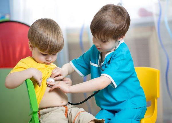 Малыши играют в больницу