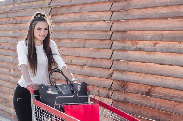 Девушка возвращается после шопинга