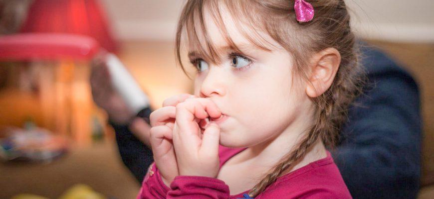 ребенок грызёт ногти