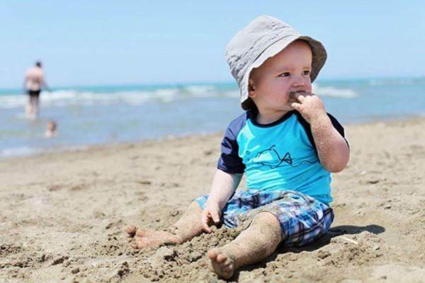 ест песок