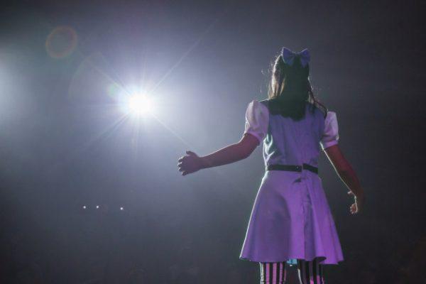 Девочка выступает на сцене