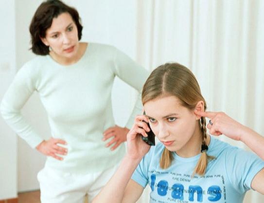 Девочка-подросток не хочет слушать мать