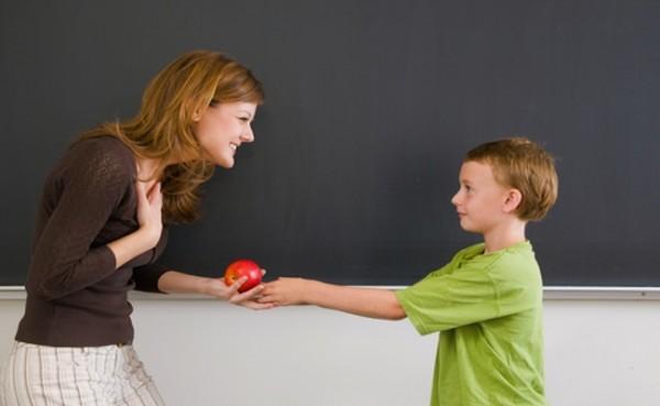 Мальчик угощает женщину яблоком