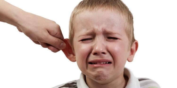 Pulls the ear