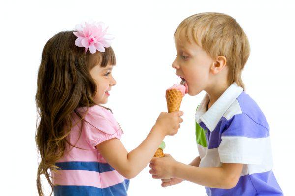 Девочка делится мороженым
