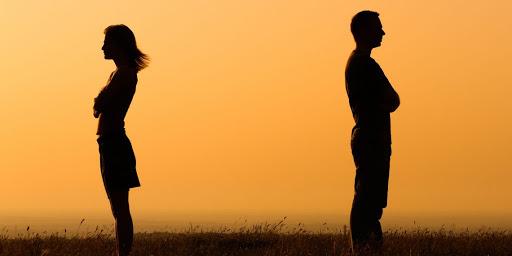 Женщина и мужчина стоят на расстоянии друг от друга