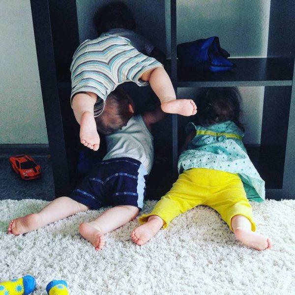 Тройняшки играют