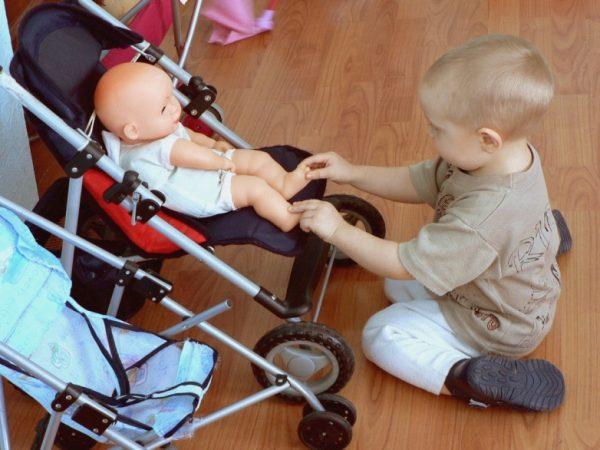 Мальчик и кукла