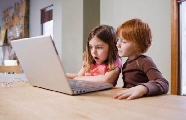 Девочки удивлены увиденным в интернете
