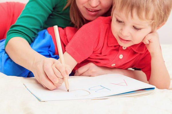 Ребенок учится писать буквы