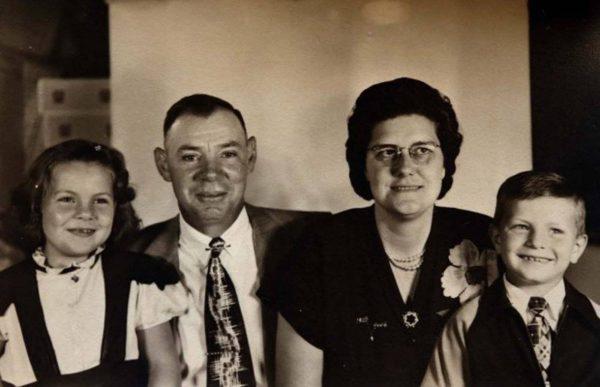 Анна Чалифукс с братом в приемной семье