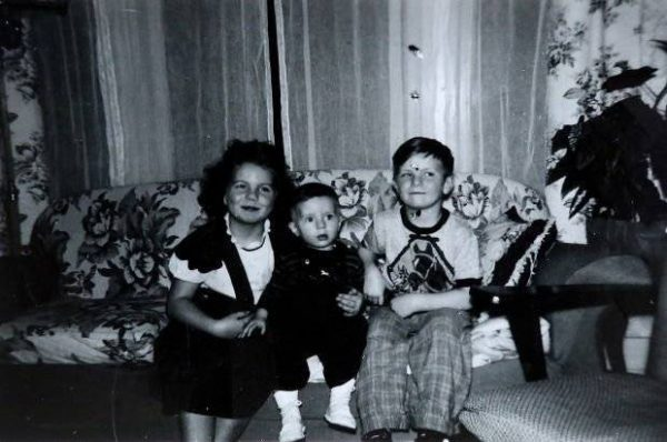 Дэвид Чалифукс (в центре) в приемной семье
