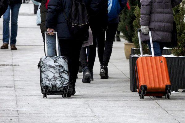 Люди везут чемоданы