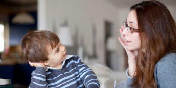 Мама говорит с сыном