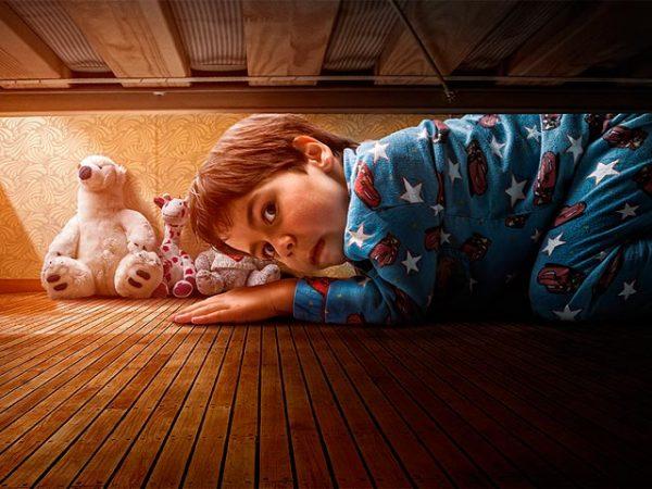 Малыш забился под кровать от страха