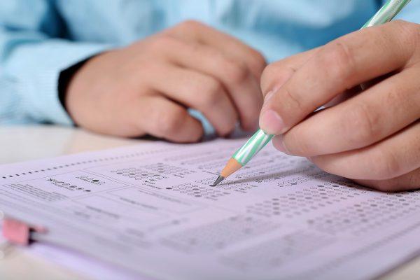Ученик решает тест