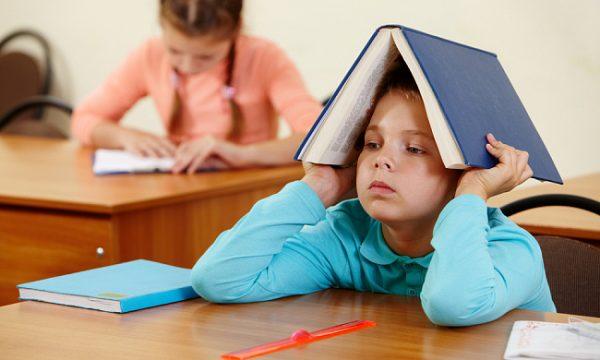 Мальчик устал от уроков