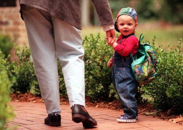 Малыш идет с мамой за руку