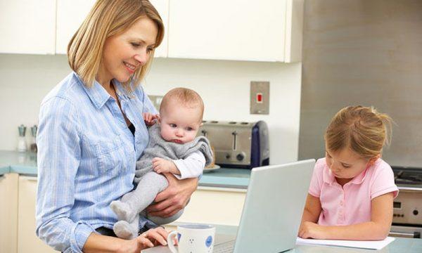 Мама с детьми работает удаленно