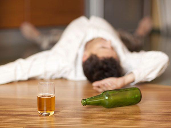 Мужчина спит после выпитого алкоголя