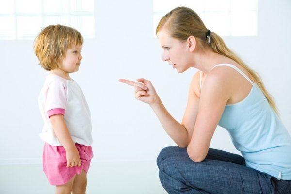 Женщина отчитывает ребенка