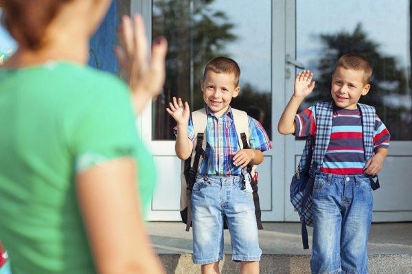 Братья прощаются с мамой на пороге школы