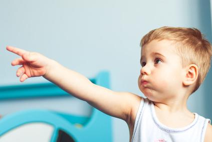 Ребенок общается жестами