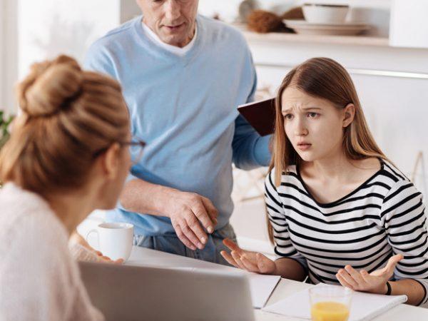 Девочка ссорится с родителями