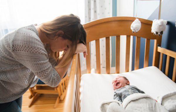Мама у кроватки малыша