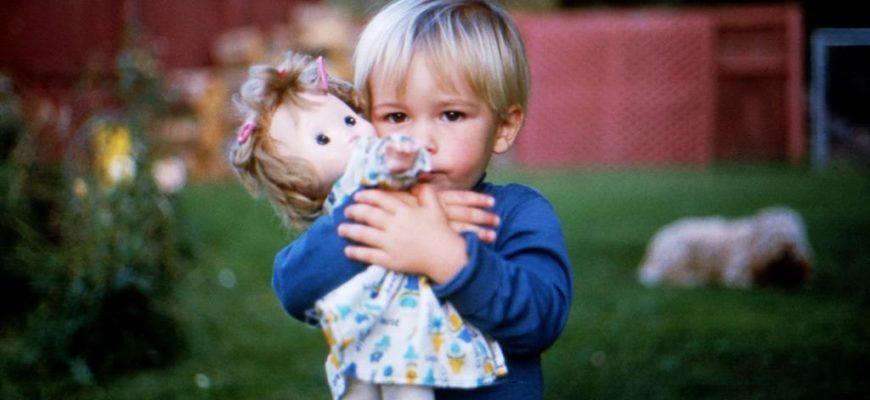 Мальчик играет с куклой