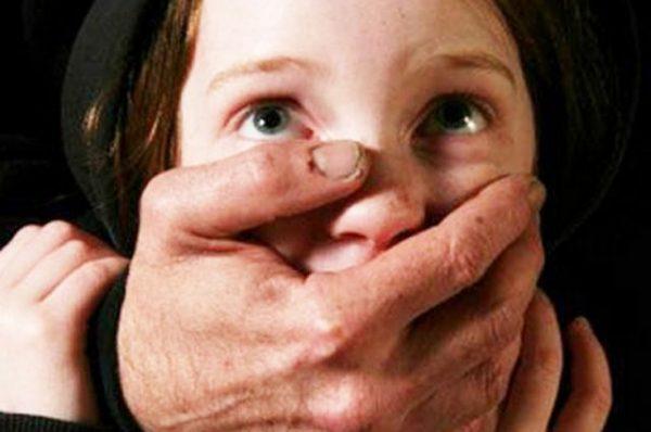Девочке зажали рот рукой