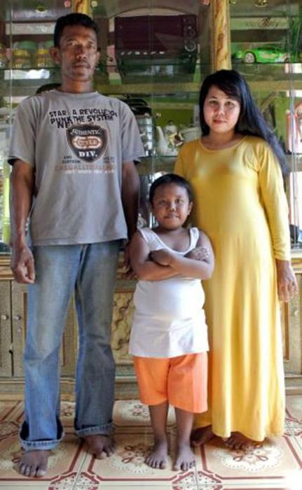 Арди Ризал с родителями. Фото ВВС