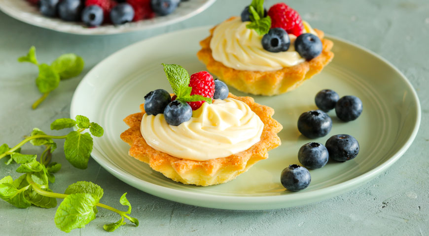 Baskets with mascarpone cream and berries