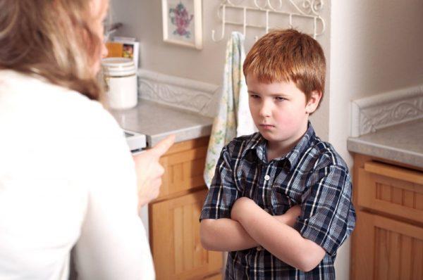 Мама отчитывает сына
