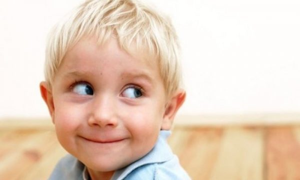 Когда малыш врет, то отводит глаза. Фото maminklub