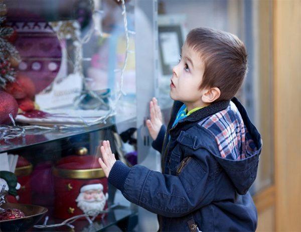 Мальчик рассматривает витрину