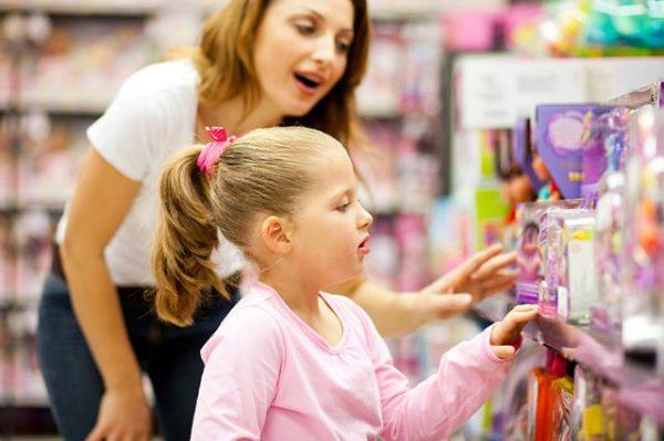 Девочка рассматривает игрушки