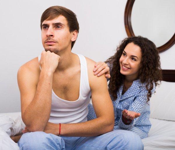 Жена пытается развеселить мужа