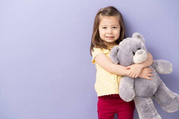 Девочка и плюшевый мишка